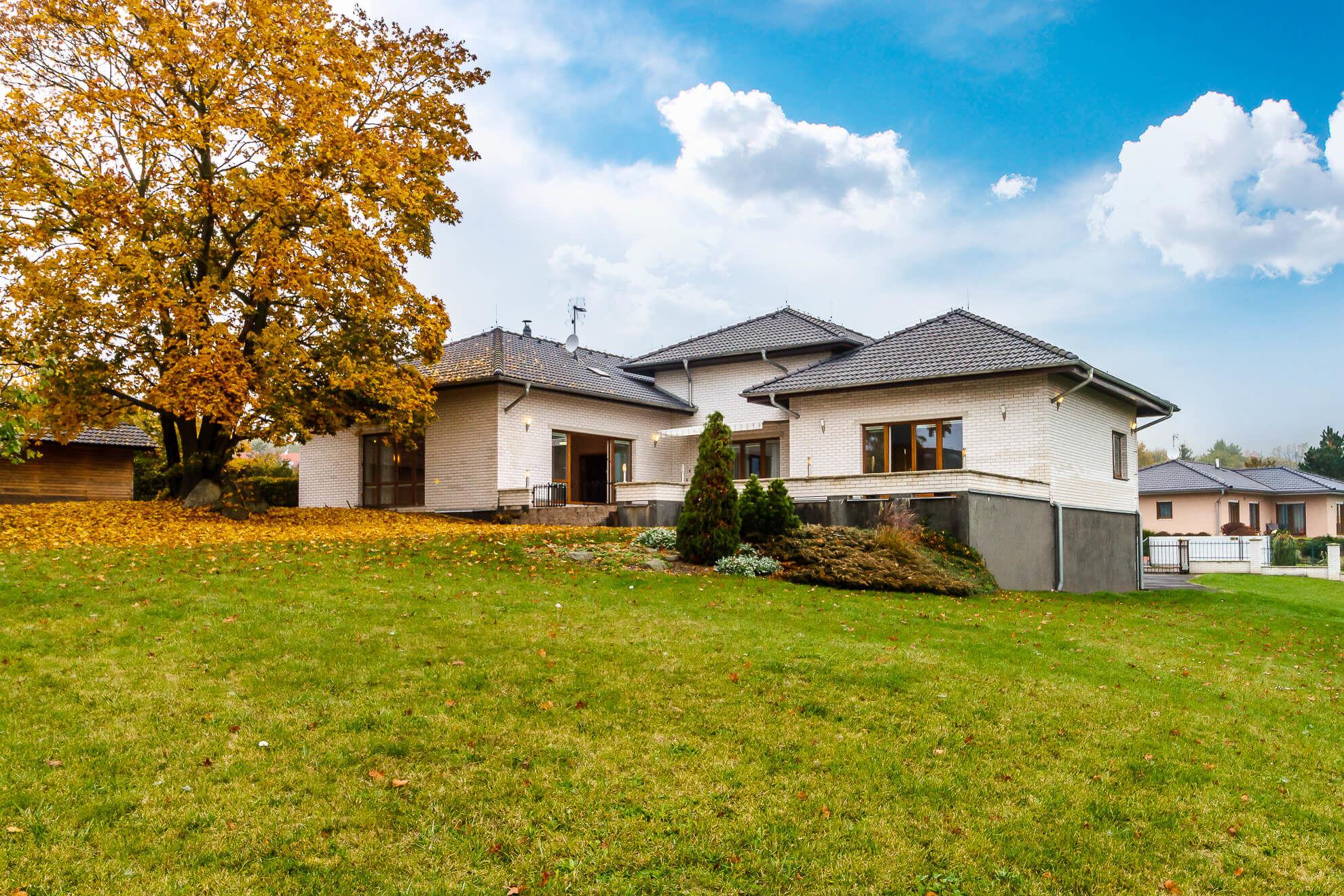 Prodej domu vosobním vlastnictví 220 m², Buš